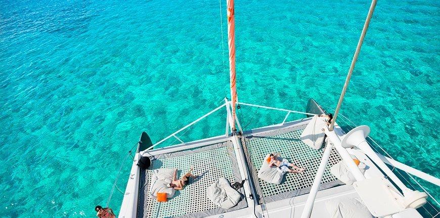 Tomando el sol en catamarán