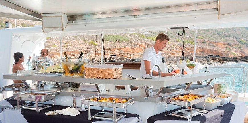 Buffet libre en salida en catamarán